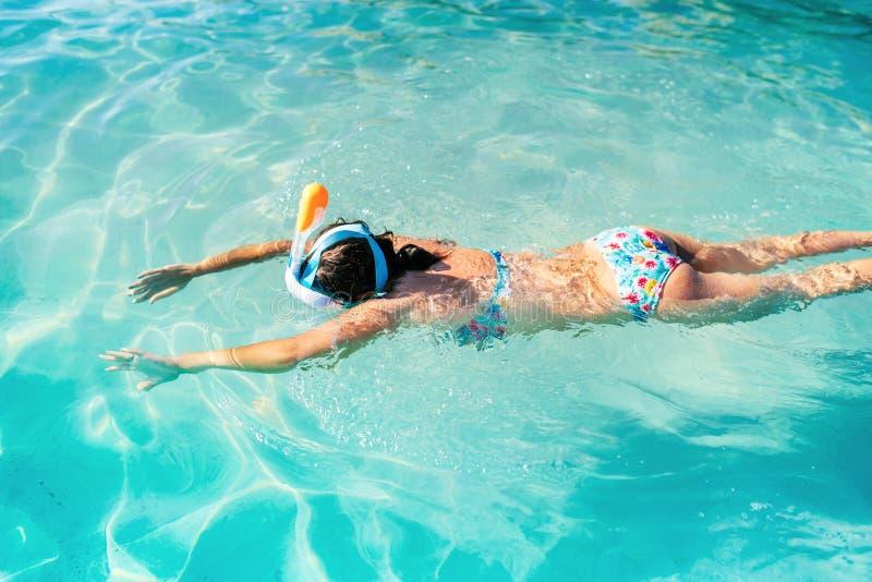Stående av kvinnan med att snorkla maskeringsdyken som är undervattens- med tropiska fiskar i pöl för hav för korallrev Affärsför royaltyfria bilder