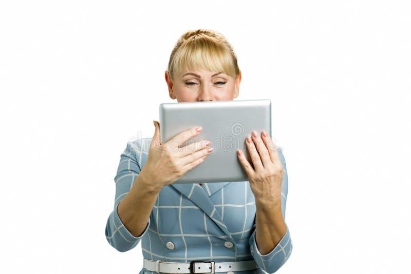 Stående av kvinnan med datorminnestavlan arkivfoto
