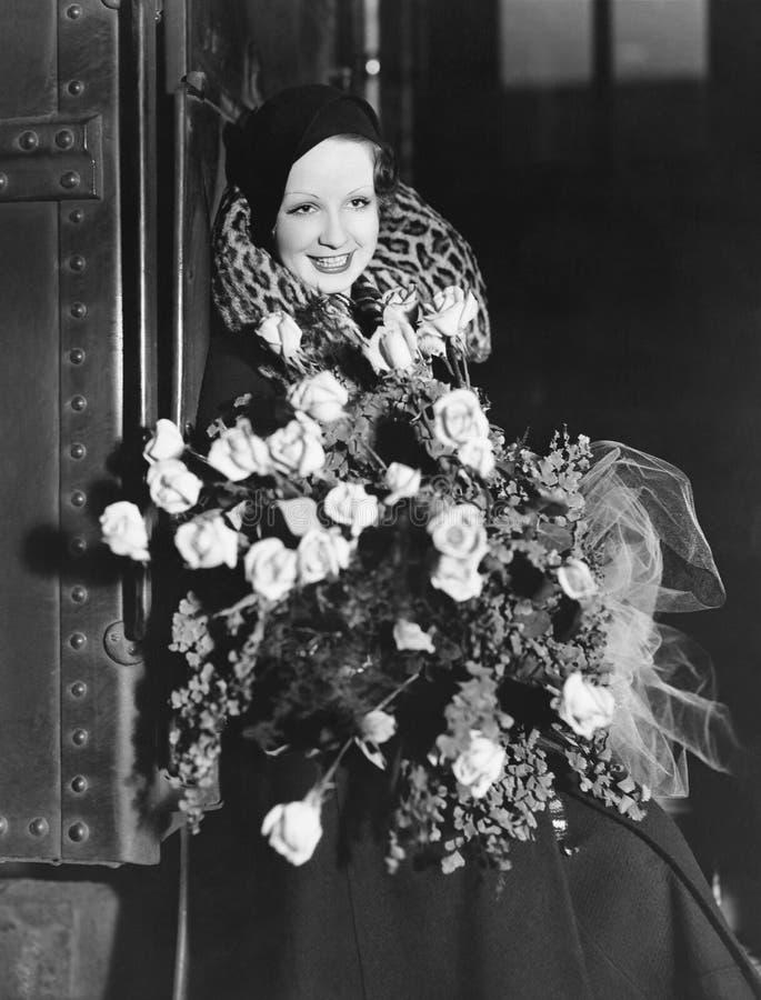 Stående av kvinnan med den enorma buketten (alla visade personer inte är längre uppehälle, och inget gods finns Leverantörgaranti royaltyfri bild