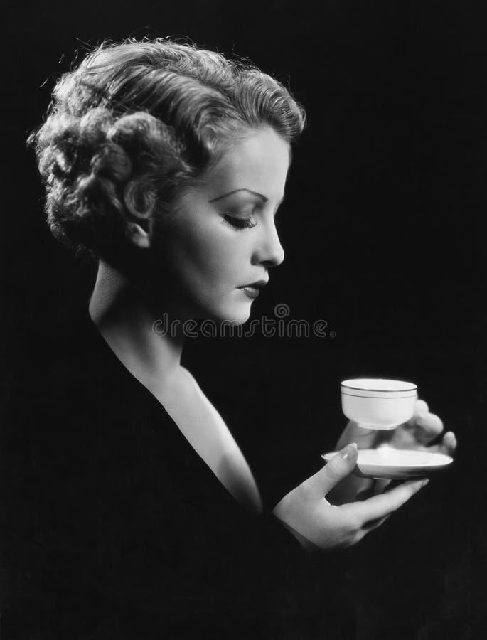 Stående av kvinnan med drycken royaltyfri foto