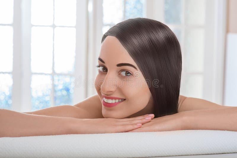 Stående av kvinnan med härligt hår i brunnsortsalong royaltyfri fotografi