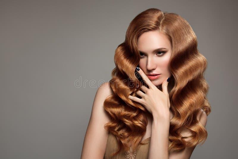 Stående av kvinnan med långt lockigt härligt ljust rödbrun hår royaltyfria foton