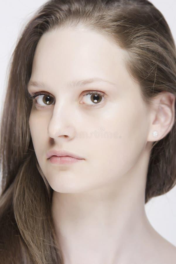 Stående av kvinnan med långt naturligt färghår och den rena härliga framsidan med inget smink arkivbilder