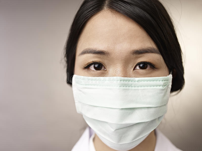 Stående av kvinnan med maskeringen arkivfoton