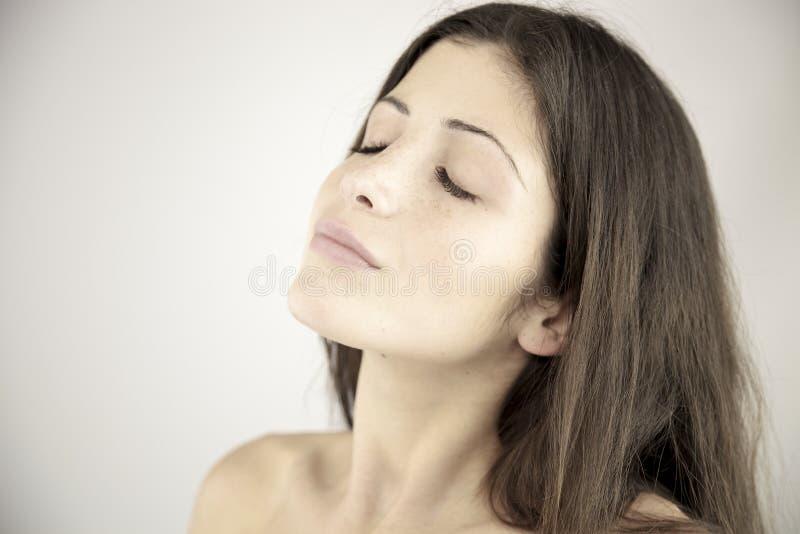 Stående av kvinnan med stängda ögon fotografering för bildbyråer