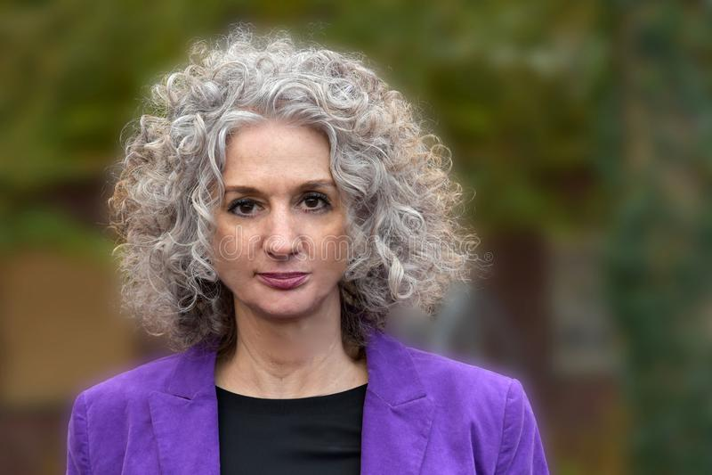 Stående av kvinnan med underbart lockigt hår royaltyfria bilder