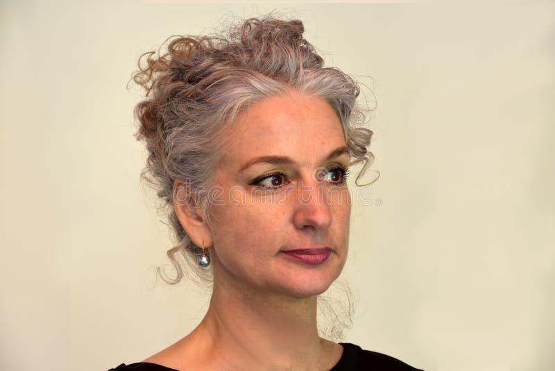 Stående av kvinnan med underbart lockigt hår royaltyfri foto