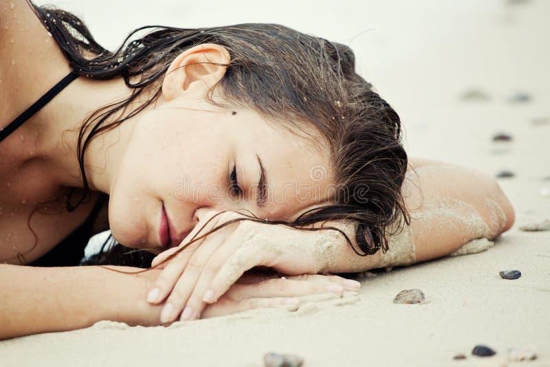 Stående av kvinnan med vått hår på stranden royaltyfri foto