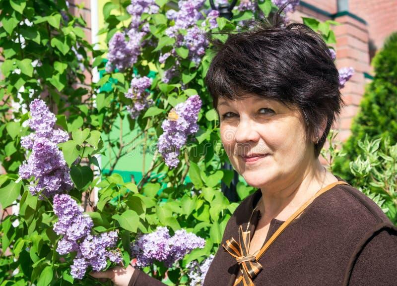 Stående av kvinnan nära lila royaltyfri bild