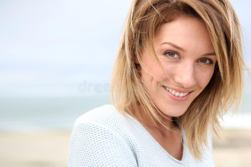 Stående av kvinnan på stranden royaltyfri foto
