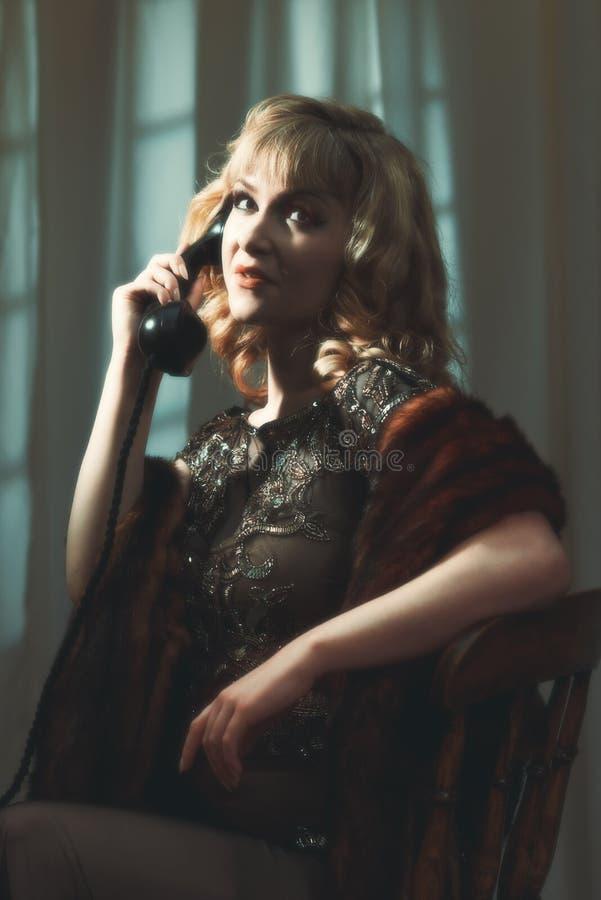 Stående av kvinnan på telefonen royaltyfri bild