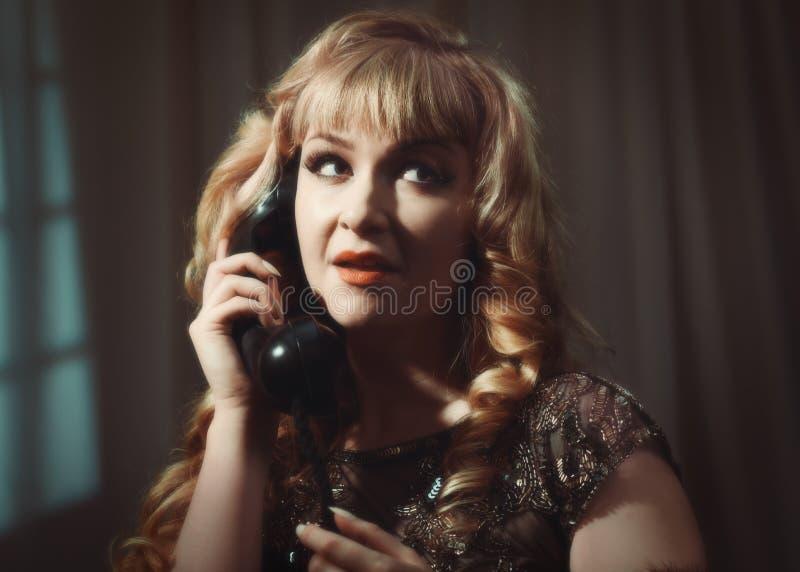 Stående av kvinnan på telefonen arkivbilder