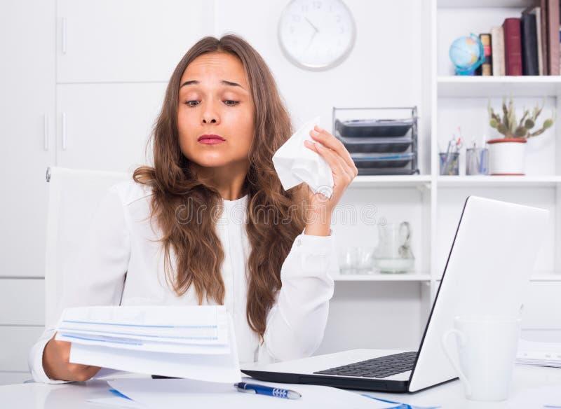 Stående av kvinnan som arbetar på bärbara datorn och får problem på com arkivfoto