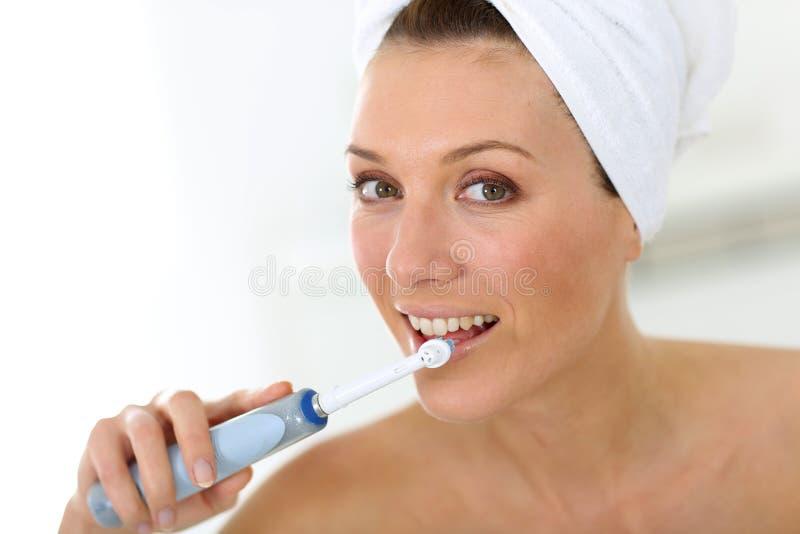 Stående av kvinnan som borstar hennes tänder royaltyfri foto