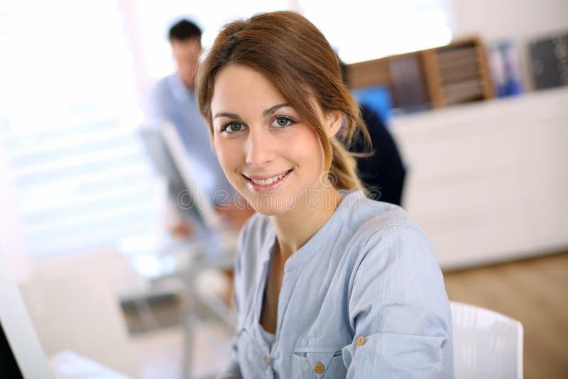 Stående av kvinnan som i regeringsställning arbetar royaltyfri bild
