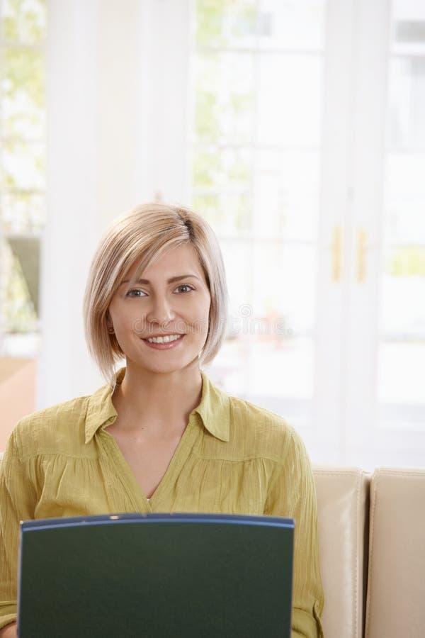 Stående av kvinnan som ser bärbara datorn arkivfoto