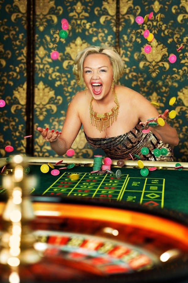 Stående av kvinnan som spelar rouletten på kasinot fotografering för bildbyråer