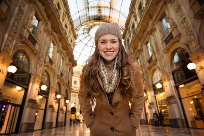 Stående av kvinnashopparen i Galleria Vittorio Emanuele II royaltyfri foto