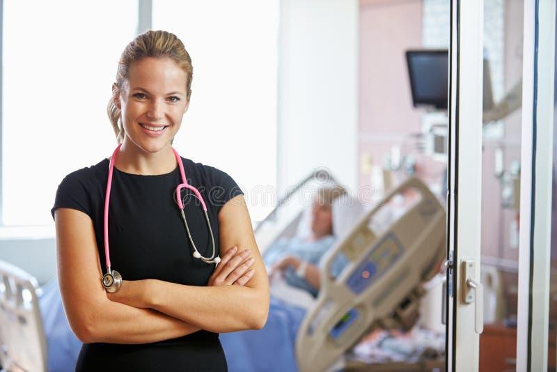 Stående av kvinnlig bakgrund för doktor With Patient In royaltyfria foton