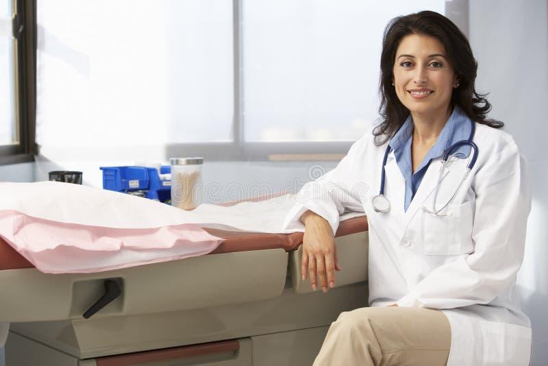 Stående av kvinnlig doktor In Surgery arkivbilder