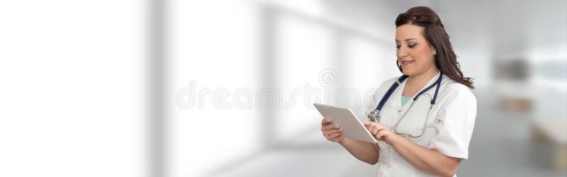 Stående av kvinnlig doktor Using Digital Tablet arkivfoto