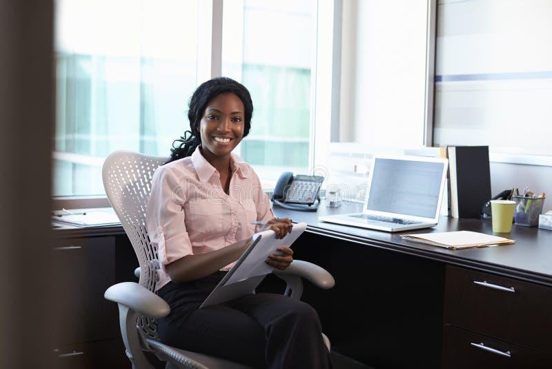 Stående av kvinnlig doktor Working In Office royaltyfri foto