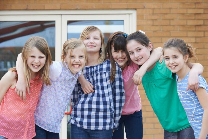 Stående av kvinnliga grundskolaelever utanför klassrum arkivfoton