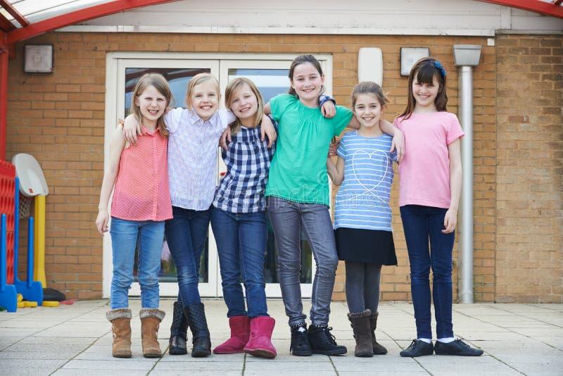 Stående av kvinnliga skolaelever utanför klassrum royaltyfri bild