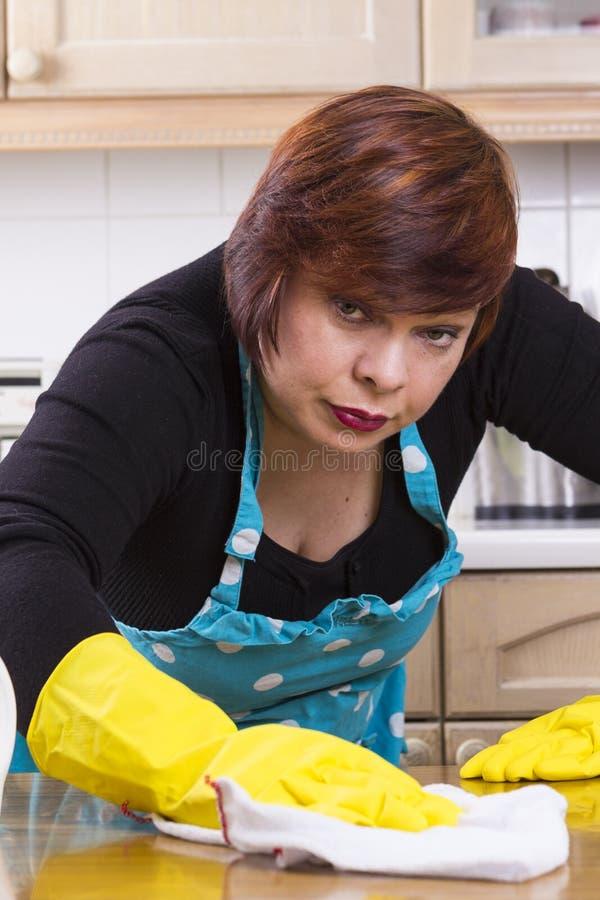 Stående av kvinnligt houseworkerdamningskök arkivfoto