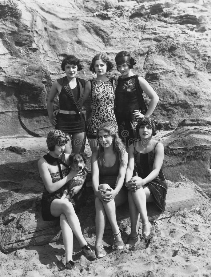 Stående av kvinnor på stranden med hunden royaltyfria foton