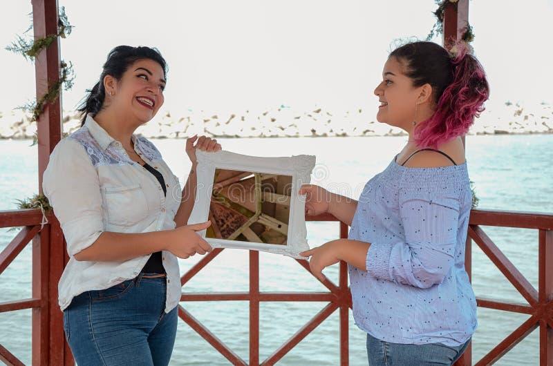 Stående av kvinnor som arbetar som gör utomhus beslut arkivbilder