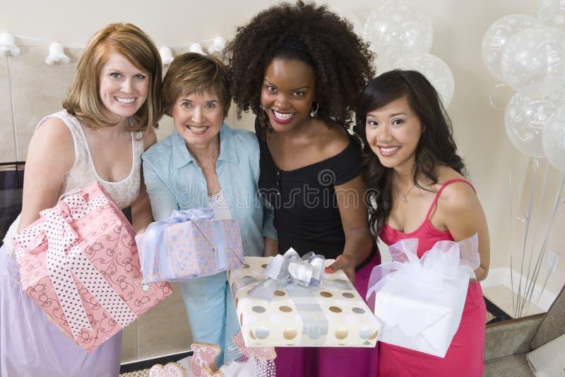 Stående av kvinnor som rymmer gåvor royaltyfria foton
