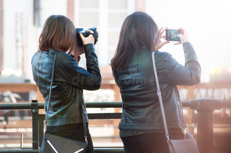 Stående av kvinnor som tar en bild i gatan av Strasbourg på tillbaka sikt royaltyfri foto