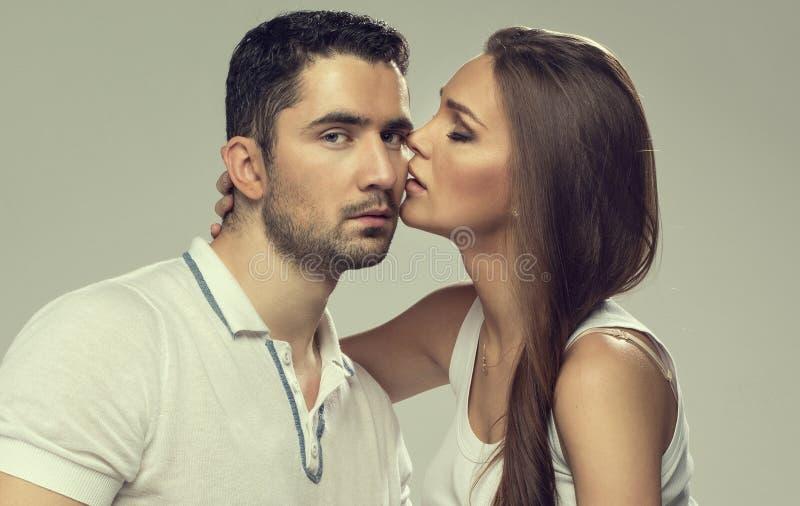 Stående av kyssande par royaltyfria foton