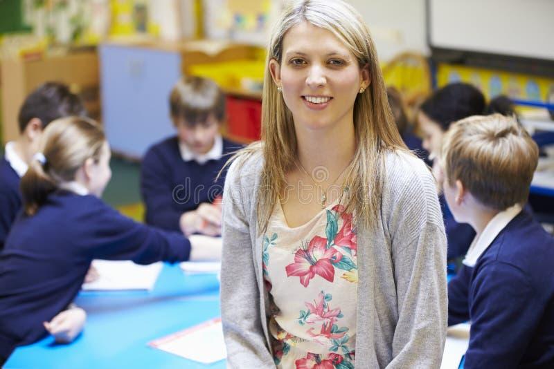 Stående av lärareIn Classroom With elever arkivfoto