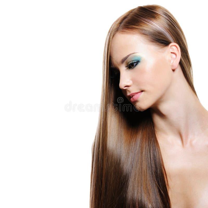 Stående av långt hår för skönhet av den unga kvinnan royaltyfria foton