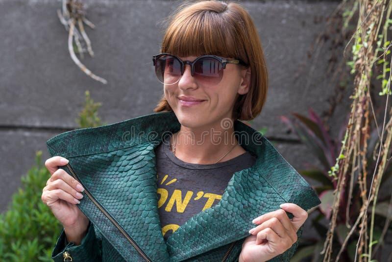 Stående av laget för pytonorm för snakeskin för härligt sexigt för kvinnabrunetthår mode för kläder det lyxiga, Bali ö royaltyfri bild