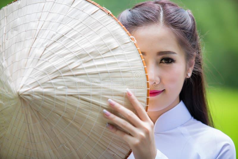 Stående av Laos flickaVietnam den traditionella klänningen royaltyfria bilder