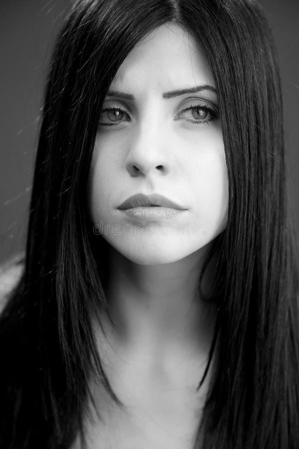 Stående av ledset gråta för kvinna som nästan är svartvitt royaltyfri foto