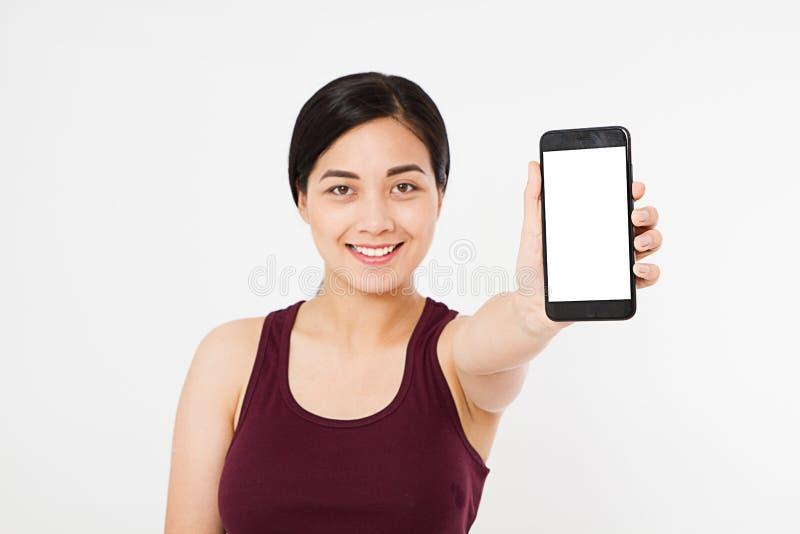 Stående av leendeasiatet, koreansk kvinna, mobiltelefon för tom skärm för flickahåll som isoleras på vit bakgrund, telefon för ha royaltyfri fotografi