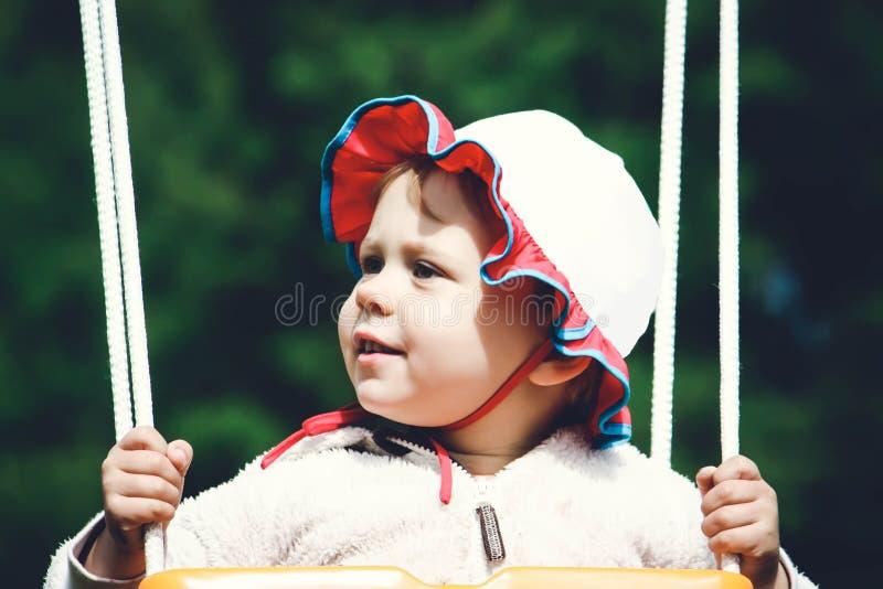Stående av lilla flickan i det fria för en gunga royaltyfria foton