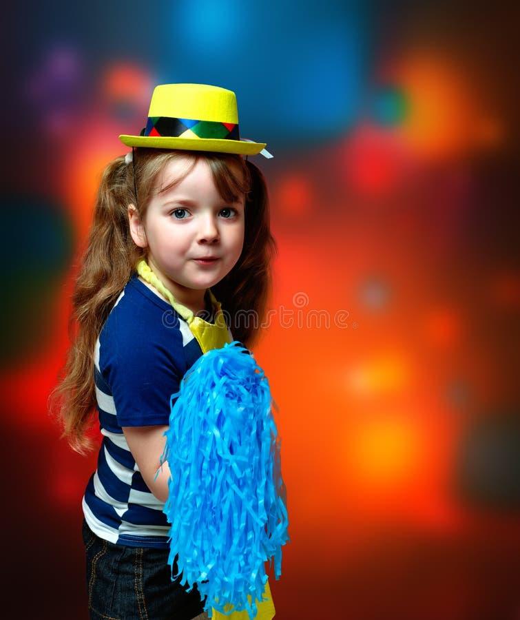Stående av lilla flickan i karnevaldräkt på abstrakt backgrou arkivfoto