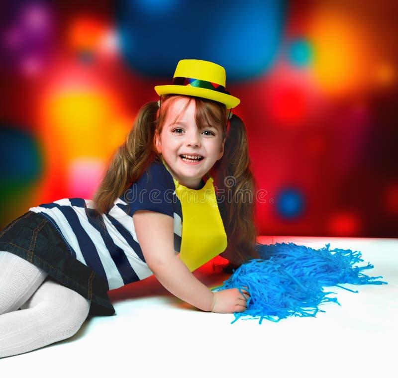 Stående av lilla flickan i karnevaldräkt på abstrakt backgrou royaltyfri fotografi