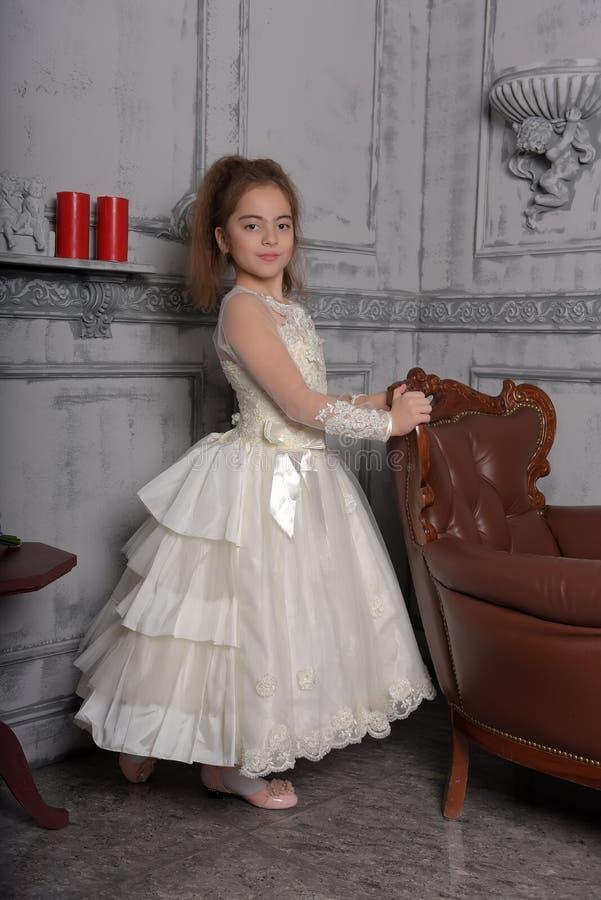 Stående av lilla flickan i lyxig klänning arkivfoto