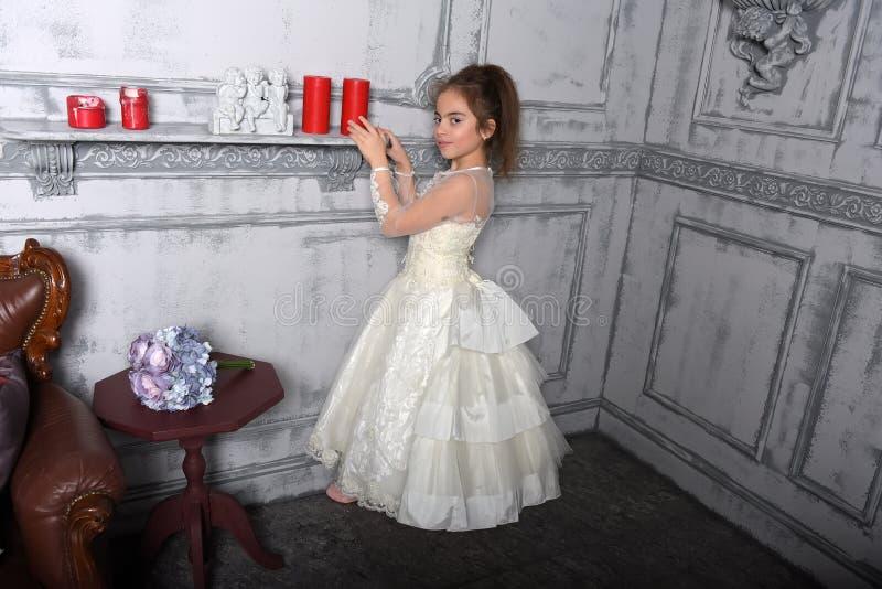 Stående av lilla flickan i lyxig klänning royaltyfri fotografi