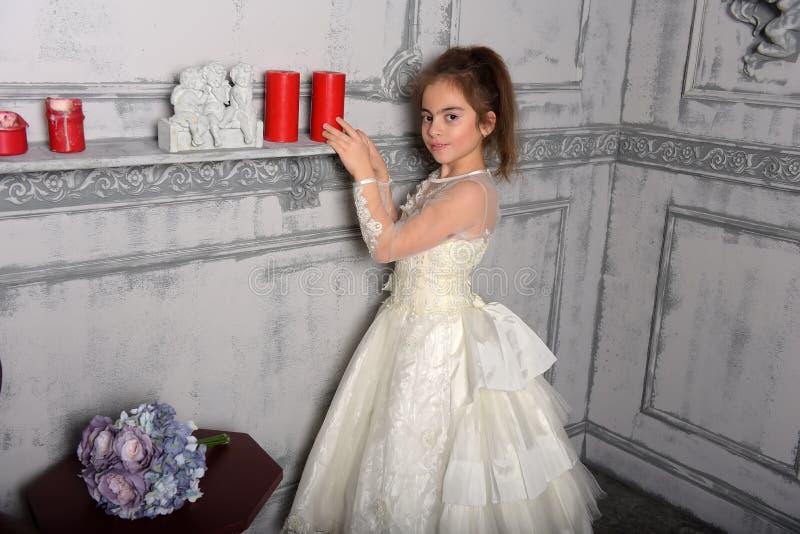 Stående av lilla flickan i lyxig klänning royaltyfri bild