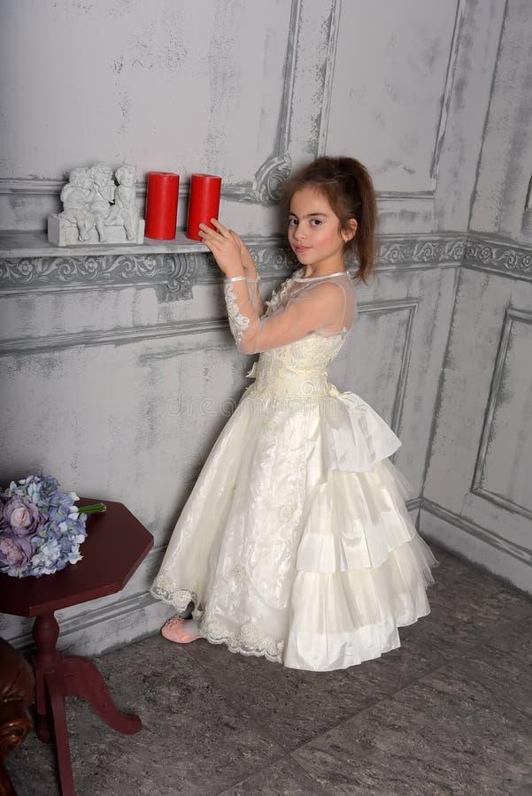 Stående av lilla flickan i lyxig klänning arkivfoton