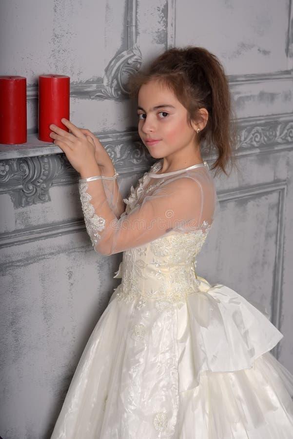 Stående av lilla flickan i lyxig klänning arkivbild