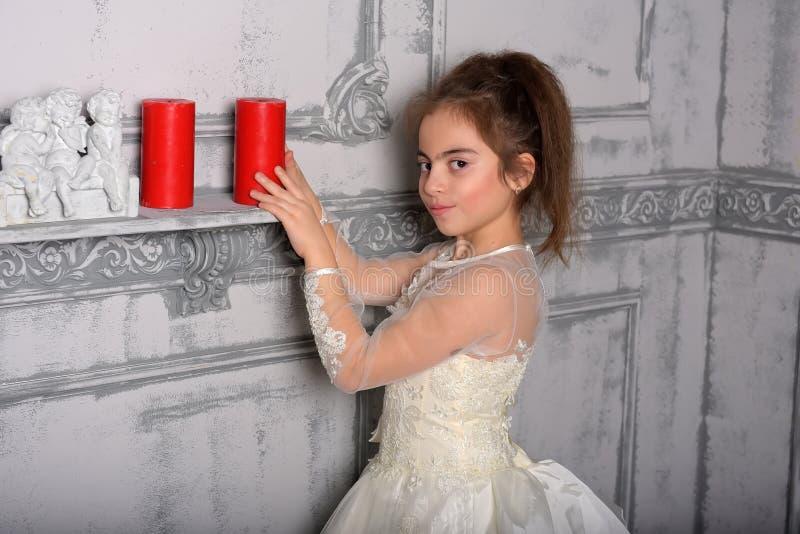 Stående av lilla flickan i lyxig klänning fotografering för bildbyråer