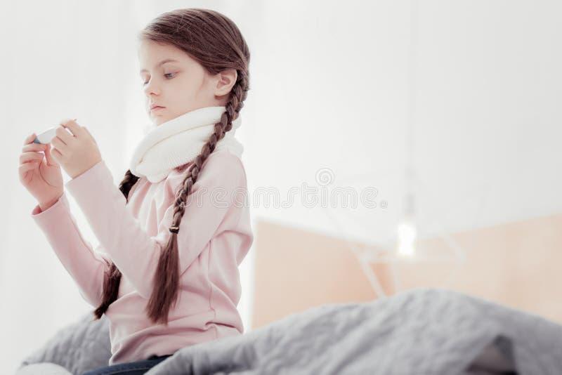 Stående av lilla flickan med termometern fotografering för bildbyråer